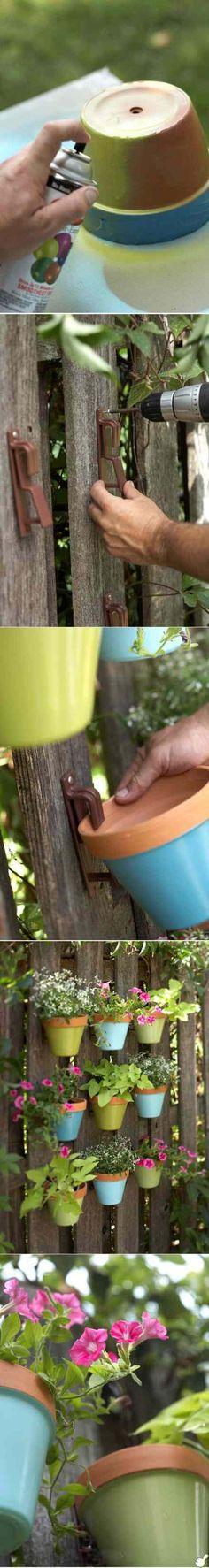 gartendeko selber machen bunte blumentöpfe zaun hängend diy