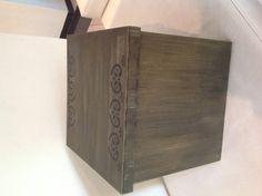 Linda caixa de madeira envelhecida e com pátina dourada. Linda para decoração além de útil pelo grande espaço para guardar suas coisas. Parece um móvel .   Pode ser feita de diversas cores. R$ 165,00