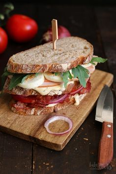 Club sandwich with chicken breast and bacon - Rezept: Sandwich - Sandwich Recipes Gourmet Sandwiches, Sandwich Bar, Grilled Sandwich, Healthy Sandwiches, Sandwiches For Lunch, Delicious Sandwiches, Crispy Chicken Burgers, Spicy Chicken Sandwiches, Chicken Sandwich Recipes