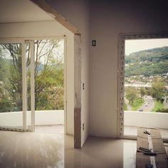 """natureza através das aberturas"" #obra #arquitetura #amomeutrabalho #natureza #lindavista #vistadajanela #naobra"