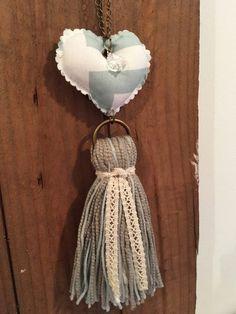 Resultado de imagen para borlas decorativas Crochet Crafts, Diy Crafts, Application Pattern, Fabric Hearts, Key Fobs, Craft Sale, Spring Crafts, Diy Jewelry, Decoupage