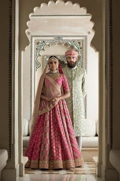 Sabyasachi Mukherjee has never failed to impress us with his stunning wedding attire collections. Look at the latest Sabyasachi lehenga designs to give a treat to your eye. Sabyasachi Lehenga Bridal, Indian Bridal Lehenga, Anarkali, Bridal Lehenga 2017, Sabhyasachi Lehenga, Saree Gown, Indian Bridal Outfits, Indian Dresses, Bridal Dresses