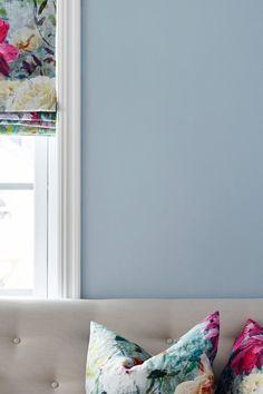 Fargen er en beroligende blå nyanse. Den lyse nyansen er perfekt når du ønsker et luftig inntrykk. #luft#luftig#lysblå#lightblue#stue#livingroom#kjøkken#kitchen#gang#hall#soverom#bedroom#beroligende#sval#air#puter#kjøkkensofa#maling#painting#fargekart#Fargerike Home Decor, Lily, Decoration Home, Room Decor, Home Interior Design, Home Decoration, Interior Design