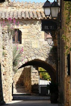 Peratallada detall de un poble medieval Girona Catalonia Girona Spain, Barcelona Catalonia, Begur Costa Brava, Places To Travel, Places To Visit, Barcelona Travel, Medieval Town, Spain And Portugal, Toscana