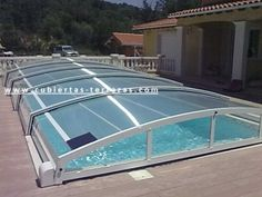 Cubierta extra baja, permite bañarse sin descubrir la piscina por su altura interior  de lamina de agua a techo interior 0.90cm