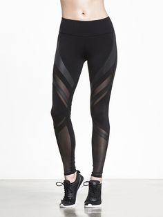 Living up to its name, the Epic Legging by ALO combines modern sophistication with a daring statement. Its striking appearance creates an energetic presence in any environment, and the mesh-cut design along the leg offers optimal breathability throughout