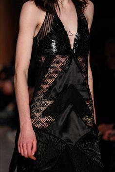 Guarda la sfilata di moda Givenchy a Parigi e scopri la collezione di abiti e accessori per la stagione Collezioni Autunno Inverno 2016-17.