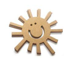 ♥ ♥ Sonne ♥ ♥      Kann bemalt und/oder beklebt werden       Sie erhalten:    ♥ 1 Sonne wie abgebildet      ♥ Größe 7.5 cm Durchmesser         ♥ Herge