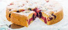 luchtige bosvruchten (of andere vruchten). Heerlijke taart en niet moeilijk om te maken. Door de vele vruchten wel wat duurder