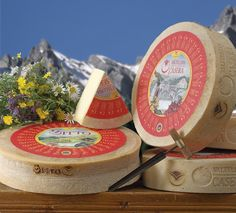 Formaggio #valtellina  Lasciatevi catturare dal gusto imperdibile dei formaggi della Valtellina: dagli alpeggi, dove gli animali pascolano liberi, nascono prodotti unici come il Bitto, il Casera e lo Scimudin, tutti a marchio DOP.