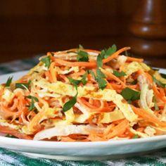 Салат с омлетом и курицей — сытное и вкусное блюдо, которое можно подать хоть на праздничный стол, хоть на романтический ужин.