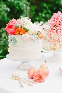 Flower topped wedding cake | Claire Graham Photography | see more on: burnettsboards.co...
