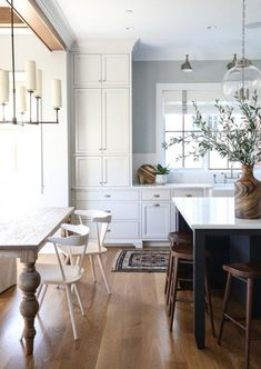 Most Popular Kitchen Design Ideas on 2018 & How to Remodeling Two Tone Kitchen Ideas To Avoid Boredom in Your Home Two Tone Kitchen, New Kitchen, Kitchen Dining, Kitchen Decor, Kitchen Ideas, Kitchen Cabinets, Awesome Kitchen, Dining Rooms, Kitchen Layout