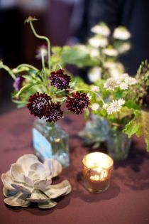Décoration de table: couleur bordeau/lie-de-vin (nappe, fleurs panachées bordeau et blanc, vaisselle blanche)
