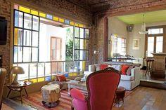 El living en desnivel tiene piso de pino tea heredada, alfombra (Casa Fez, Uruguay), sillón tapizado en pana (Compañía del Comercio) y sofá hecho a medida.  Foto:Living /Javier Picerno