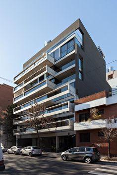 Ubicado en el barrio de Palermo de la ciudad de Buenos Aires, en una calle arbolada y de poco tránsito, un lote de 17,32 metros de frente presenta una particular relación con los edificios lindantes, tanto por la cercanía a la esquina como por diversidad de escalas.