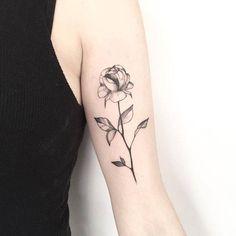 Tatuaje de una rose en el bicep izquierdo. Tattoo Artist: Mariló Alonso
