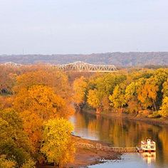 A fall drive on the Illinois River Road National Scenic Byway reveals the sort of views Illinois rarely gets credit for, along with art, history, memorable meals and even local wines.
