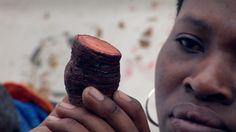 Goede Hoop - De Kaap Khoisan kruidendokter  De Khoikhoi en de San zijn de oorspronkelijke bewoners van de Kaap. Na een paar eeuw kolonialisme en onderdrukking is er weinig over van hun culturele identiteit. Tegenwoordig proberen sommige Khoisan de tradities van hun voorouders weer in ere te herstellen. South Africa, Desserts, Food, Africa, Deserts, Dessert, Meals, Yemek, Postres