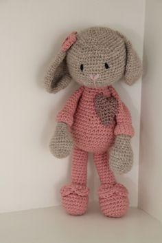 Galna i Garn: Pömsig kanin i pyjamas Crochet Crafts, Crochet Toys, Sewing Crafts, Knit Crochet, Amigurumi Doll, Amigurumi Patterns, Crochet Patterns, Crochet Bunny, Crochet Animals