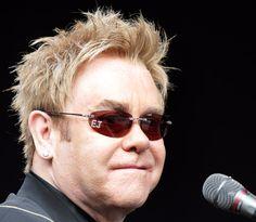 Tuve sexo con un espía ruso: Elton John   http://caracteres.mx/tuve-sexo-con-un-espia-ruso-elton-john/?Pinterest Caracteres+Mx