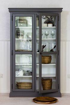 Den smukke Cathrine vitrine fra Zanz er udformet af dygtige uddannede møbelsnedkere. Vitrinen har glas i de to døre, og 5 stærke isatte hylder.