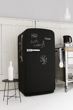 chalkboard fridge - if you buy a home and the fridge is horrible Chalkboard Fridge, Chalkboard Paint, Magnetic Chalkboard, Black Chalkboard, Kitchen Interior, Kitchen Design, Decoration Stickers, Luxury Shower, Intelligent Design