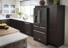 Zwarte koelkast nieuw in 2017 van KitchenAid - de Black Stainless Steel Range met ovens, koelkast en vaatwasser.