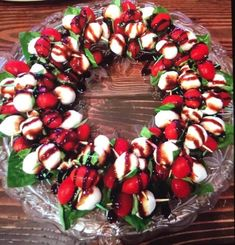 Awesome festive Caprese Wreath great for or any occasion! This is supe. dinner appetizers Awesome festive Caprese Wreath great for or any occasion! This is supe. Christmas Eve Dinner, Christmas Party Food, Xmas Food, Christmas Cooking, Christmas Menu Ideas, Christmas Eve Appetizers, Christmas Apps, Christmas Entertaining, Easter Dinner