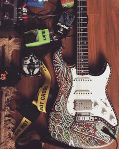 Tarde de laboratório sonoro. Amo fazer isso! Na foto a guitarra pintada pelo grande artista plástico Robson Lemos (@robsonlemosbroker). #newalbum #caesarbarbosa #guitarporn #art #goodvibes #stratocaster #fender #fuzz