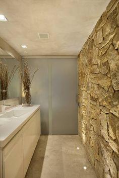 Badezimmer mit schöner Natursteinwand von Studio ro+ca