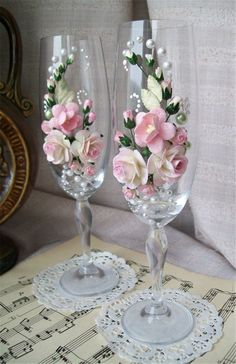 2019 Wedding Champagne Glasses Table Decor Ideas Sumcoco is part of Wedding champagne glasses - The best ideas toasting flutes for bride and groom in a different style which impress you Look this wedding glasses decor ideas and happy planning! Bride And Groom Glasses, Wedding Wine Glasses, Wedding Champagne Flutes, Champagne Glasses, Decorated Wine Glasses, Painted Wine Glasses, Wine Glass Crafts, Bottle Crafts, Wedding Crafts