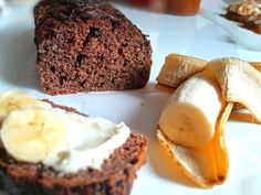 A kakaós banánkenyér tényleg 5 perc alatt előkészíthető és már süthetjük is. Amkor több jól megérett banánunk van, akkor szuper banánmentő gyors süti a banánkenyér. A banánkenyér azért is szuper, mivel diétás nem kell bele zsiradék, se sok cukor, mivel a banán miatt így sem lesz száraz, hanem puha lesz akár több napig is. Cheesecake, Muffin, Breakfast, Food, Morning Coffee, Cheesecakes, Essen, Muffins, Meals