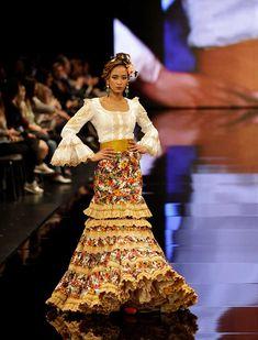 SIMOF 2018: el desfile de Atelier Rima, en fotos. La colección «Rapsodia» de la diseñadora lituana se inspira en el folclore de varias culturas Trumpet Skirt, Shade Sails, Renta, My Style, Skirts, Clothes, Dresses, Fashion, Gypsy Girls