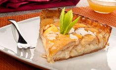 Tarta de hojaldre de manzana. Esta receta de tarta de hojaldre de manzana es una versión más sencilla de la tradicional Tarta de manzana. La diferencia reside en que en esta tarta utilizamos una lámina de hojaldre en lugar de hacer una masa para la base de la tarta. #tartademanzana #hojaldre #postre