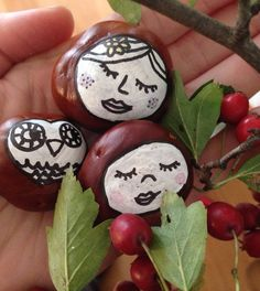 Basteln im Herbst: bemalte Kastanien Kastanien Basteln Kastanien Deko 🌰 Autumn Crafts, Nature Crafts, Conkers Craft, Buckeye Crafts, Diy And Crafts, Crafts For Kids, Autumn Activities, Fall Diy, Autumn Fall