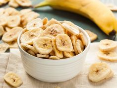 Dehydrated Banana Chips are easy to make at home with or without a dehydrator. Homemade Banana Chips make for a healthy snack option that will fill you up. Homemade Banana Chips, Dehydrated Banana Chips, Baked Banana Chips, Banana Snacks, Dehydrated Food, Baked Chips, Snacks Homemade, Banana Fruit, Gourmet Recipes