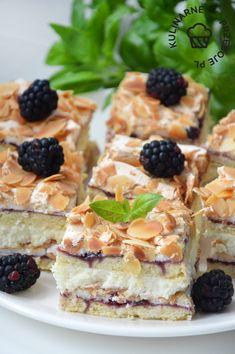 Pani Walewska, czyli Ciasto Pychotka to pyszne i słodkie ciasto z kruchym spodem, kremem budyniowym i bezą, którego smak przełamany jest dżemem porzeczkowym Polish Desserts, Bread Cake, Homemade Cakes, Dessert Bars, No Bake Cake, Waffles, Sweet Tooth, Cheesecake, Food And Drink