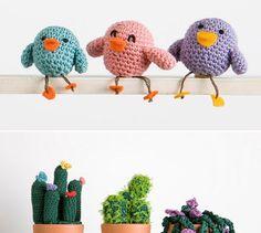 Amigurumis con forma de pollitos y cactus que se pueden hacer con el kit maleta