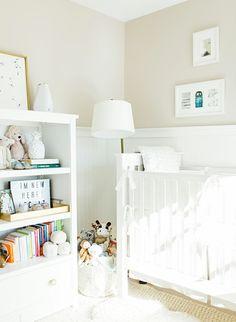 dormitorio de encanto en blanco y beige con estanterías con peluches y libros y cama de bebe, ideas de diseños de cuartos de niñas