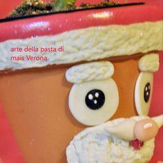 Dettaglio Babbo Natale, vasetto in terra cotta decorato in pasta di mais.