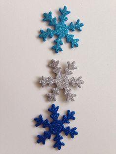 Apliques floco de neve em EVA. com gliter, na cor á sua escolha. <br>Feito com muito carinho para sua satisfação. Perfeito acabamento. <br>Tam. 5 cm