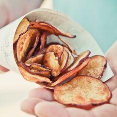 É sempre bom ter algumas receitinhas simples guardadas para quando bater aquela fome repentina no meio do dia, e esta é uma delas! Ao invés de assaltar a despensa atrás de um petisco industrializado, que tal recorrer à batata-doce para um snack de fim de tarde perfeito? Além de contar com um passo a passo vapt-vupt, as chips de batata-doce são feitas no forno e por isso são muito mais saudáveis do que as tradicionais batatas fritas – e igualmente deliciosas! A receita é do blog Kojodesigns…