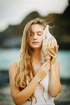 ♫ Listen to the sound / whispers of seashell / Listen to your heart 2 Cottages By The Sea, Beach Color, Paradise On Earth, Beach Portraits, Am Meer, Sea Shells, Pretty Girls, Seaside, Serenity