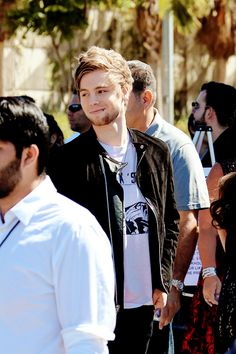 calumhoodes:  Luke arriving at the teen choice awards 08/17/2015 (credit)