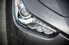 The front light assemblies make skilful use of LED technology to underline the car's strong personality:
