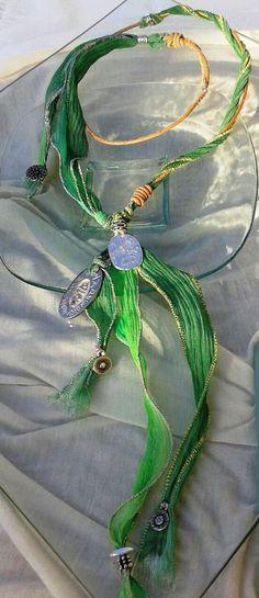 """Collar seda pintada a mano color verde,  cuero natural, colgante """"Dolmen""""  baño plata vieja."""