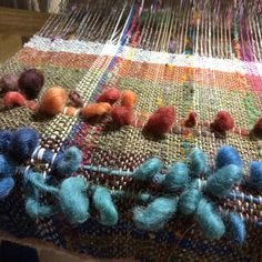 派手にならないように、ならないよ  うに、、、と  しかし、やっちゃいました #さをり織り #saori #saoriweaving  #ついつい派手に #ベストになるけど大丈夫? Weaving Projects, Textile Design, Woven Fabric, Loom, Hand Weaving, Textiles, Rugs, Creative, Instagram Posts