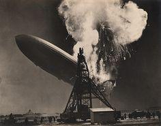 1937. 6 Mai. 19h25. Lakehurst, New Jersey. Par Charles HOFF (New York Daily News). L'explosion du Hindenburg