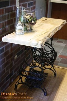 Naaimachine Diy Furniture, Furniture Makeover, Repurposed Furniture, Rustic Furniture, Furniture Projects, Basement Furniture, Teak Oil, Treadle Sewing Machines, Antique Sewing Machines